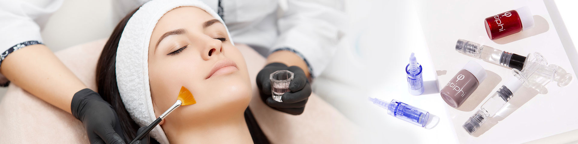 Junge Frau in der Kosmetikbehandlung mit Supplement