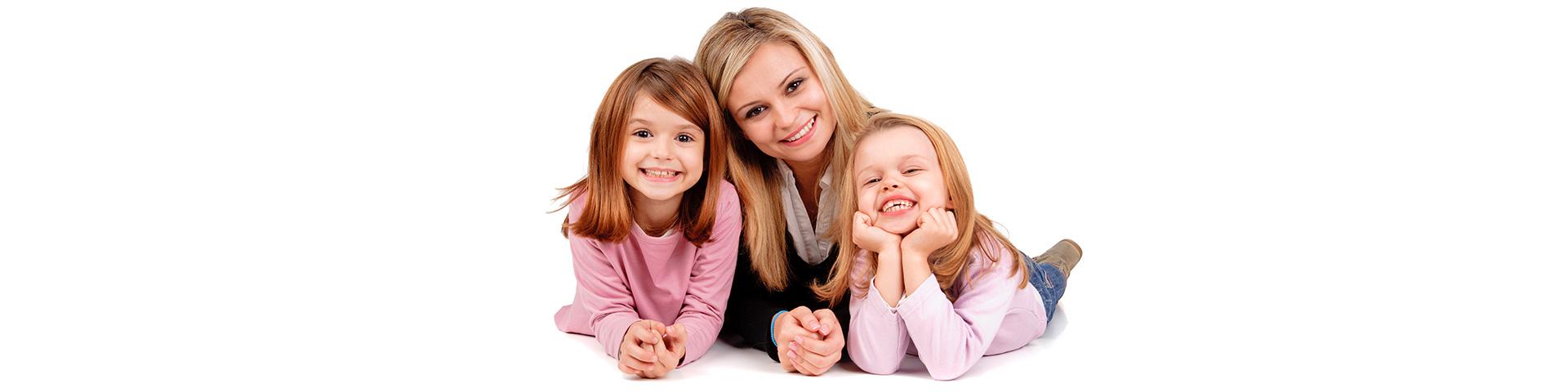 Pedicure Kosmetik HaarentfernungMutter mit 2 Mädchen lachen in die Kamera