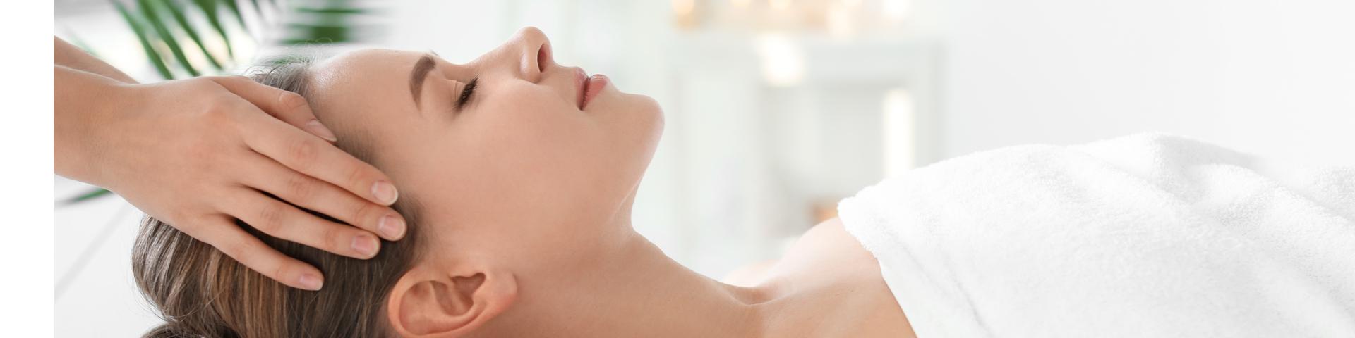 Junge Frau lässt sich bei einer Kosmetikbehandlung verwöhnen