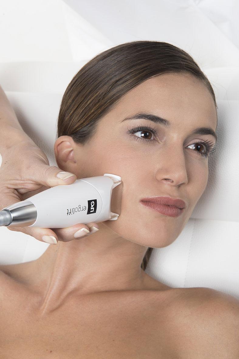 Frauengesicht bei der Endermologiebehandlung Gesicht